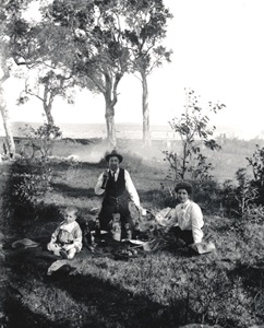 Family picnic photographed by Bert Roberts